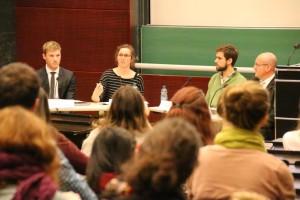 Die Podiumsteilnehmer*innen (von Links) Julian Rössler (Auswärtiges Amt), Pia Masurczak (Moderation), Aaron Scheid (VisaWie?), Jean-Claude Schöninger (Rechtsanwalt)